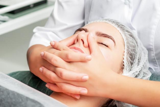 Massage du menton de la femme.