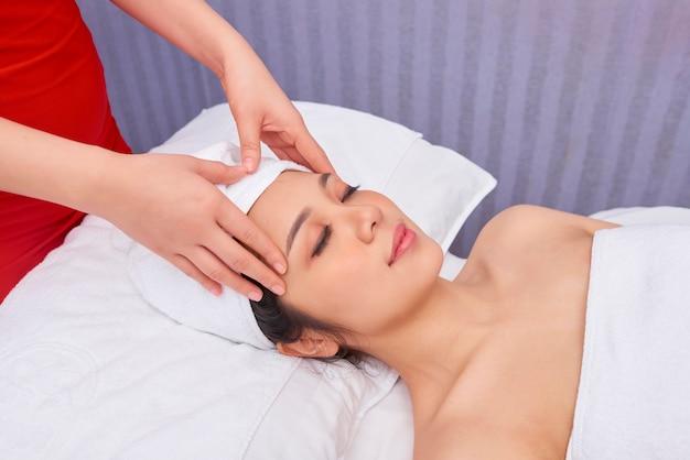 Massage du visage au salon de beauté