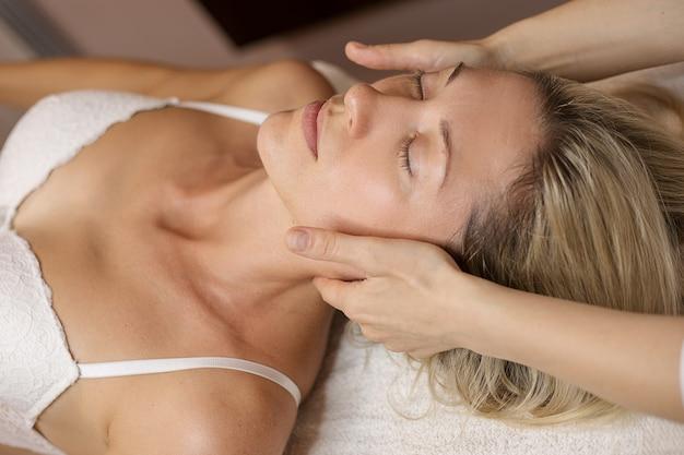 Massage du visage au spa