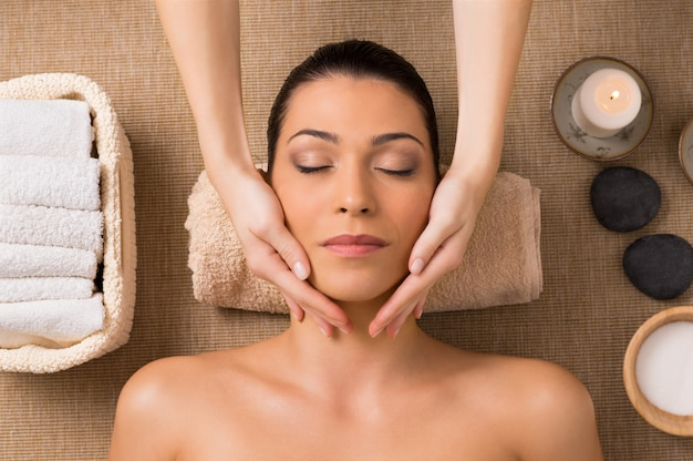 Massage du visage au spa