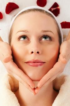 Massage du visage à spa