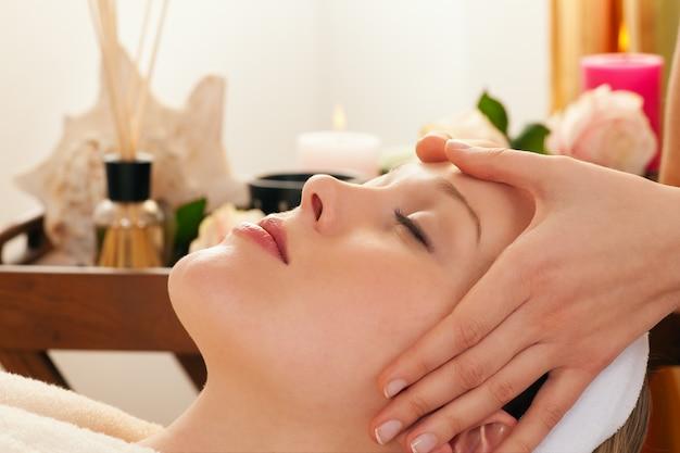 Massage du visage avec spa