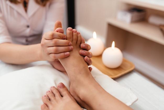 Massage exotique des pieds et soin des pieds au spa