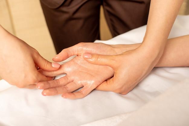 Massage gros plan des mains féminines par physiothérapeute. syndrome du canal carpien, arthrite, concept de maladie neurologique