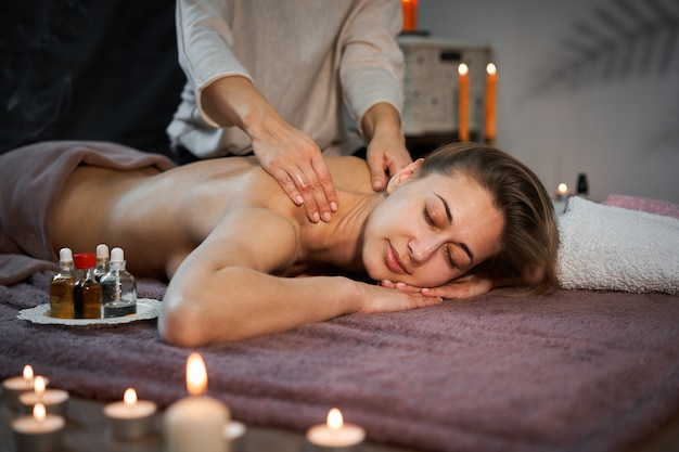 Massage de guérison traditionnel. masseur femme caucasienne