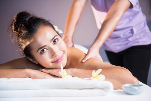 Massage à l'huile thaïlandaise à la belle femme asiatique