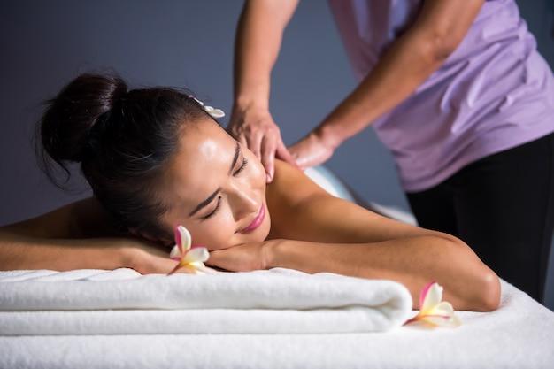 Massage à l'huile thaïlandaise pour femme asiatique