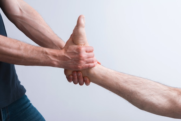 Massage des jambes et des pieds de kinésiologie sur fond blanc.