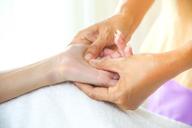Massage des mains féminines avec massage des points de pression