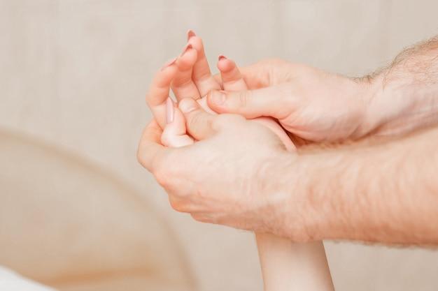 Massage des mains de femme