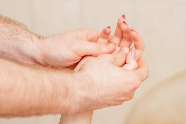 Massage des mains de la femme.