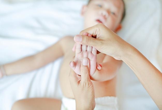 Massage des mains pour bébé