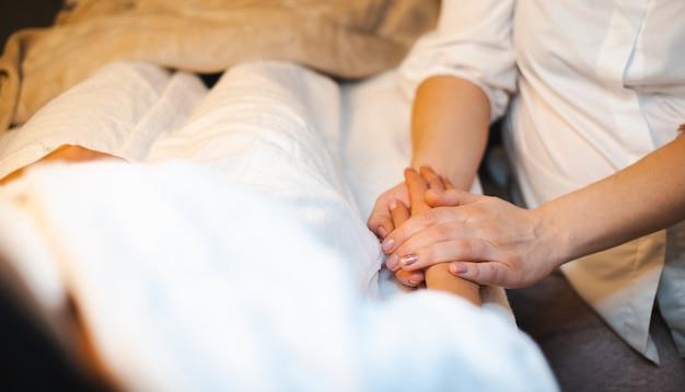 Massage des mains spa docteur main corps spa massage jeune femme soins de la peau