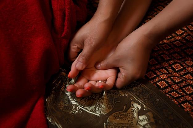 Massage des mains thaïlandais.