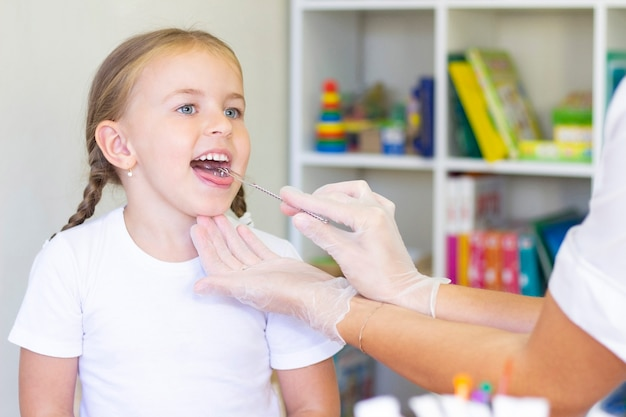 Massage orthophonique de la langue de la jeune fille