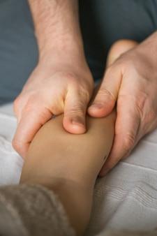 Massage sur pied de bébé