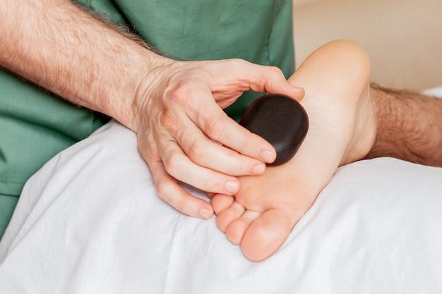 Massage des pieds aux pierres chaudes