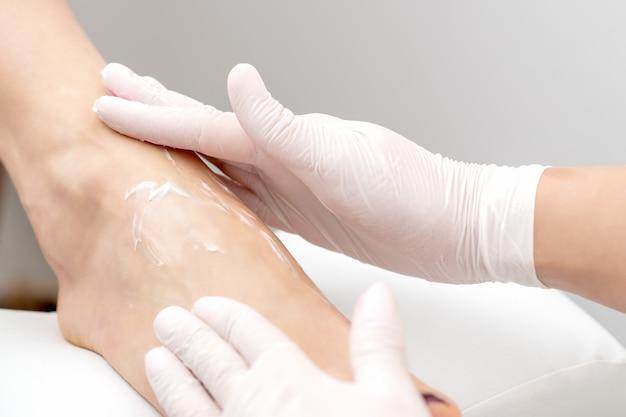 Massage des pieds avec crème peeling