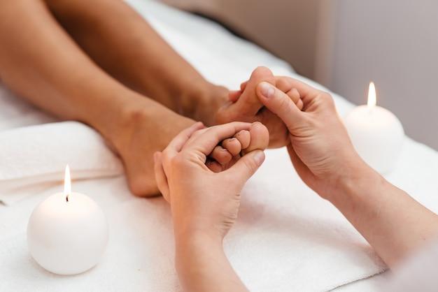 Massage des pieds dans le salon spa du jardin