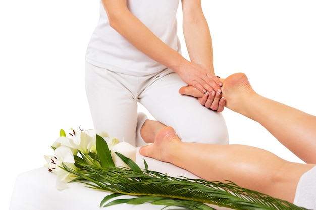 Massage des pieds sur fond blanc