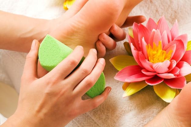 Massage des pieds avec peeling