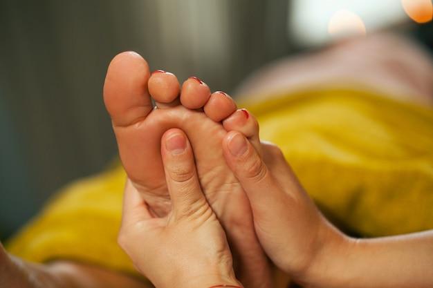 Massage Des Pieds Pour Une Femme Dans Un Spa Photo gratuit