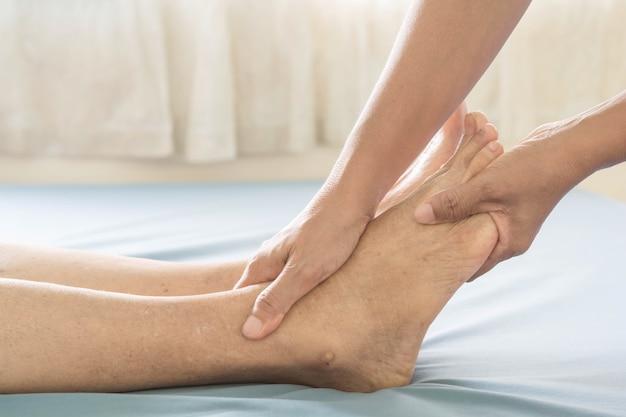 Massage des pieds vieilles femmes