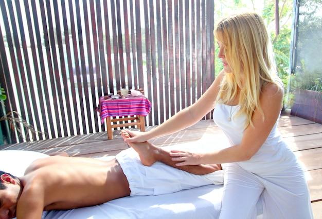 Massage de réflexologie thérapie par étirement physiothérapie