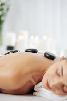 Massage relaxant aux pierres chaudes