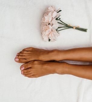 Massage relaxant des pieds dans le salon spa - à l'intérieur.