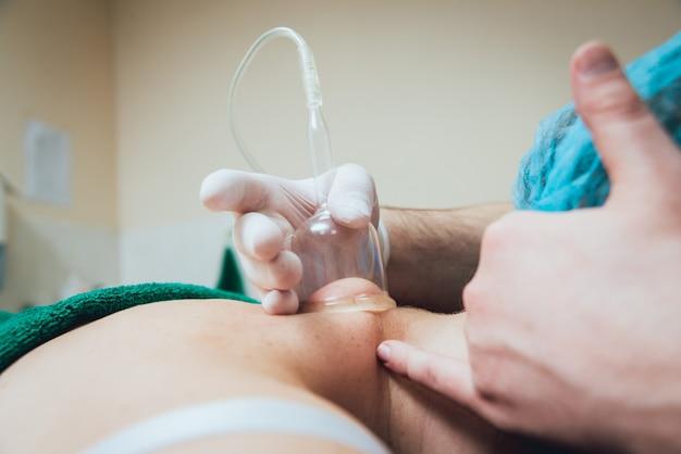 Massage sous vide. procédure médicale. médecin professionnel.