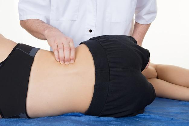 Massage sport femme côté par l'homme médecin