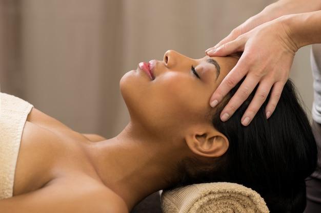 Massage de la tête au spa