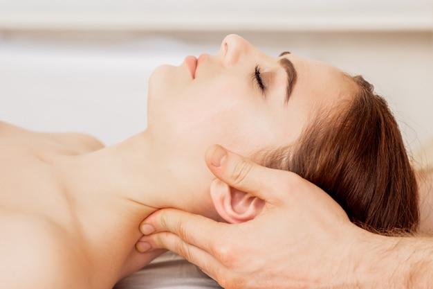 Massage de tête de femme.