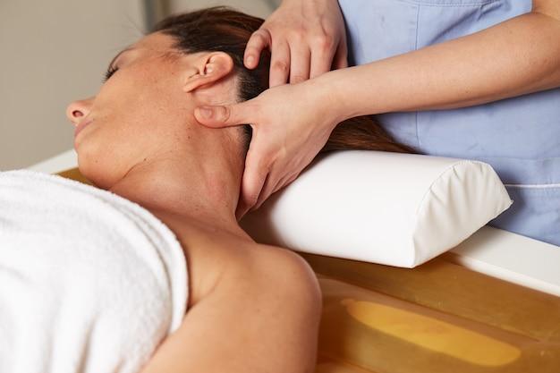 Massage de la tête sur un lit d'eau au spa