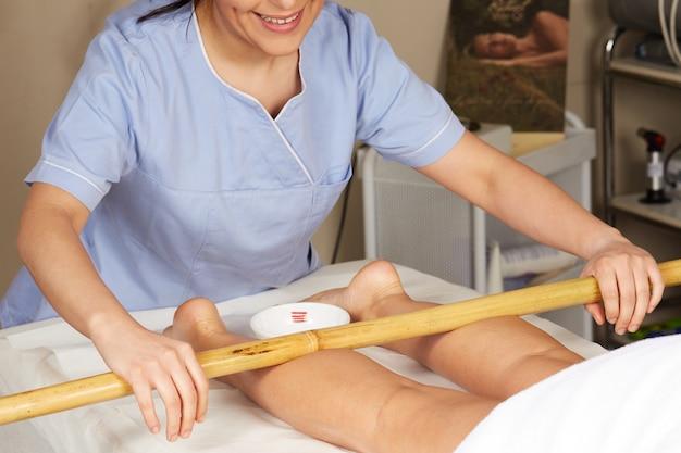 Massage thaï avec bâton de bambou