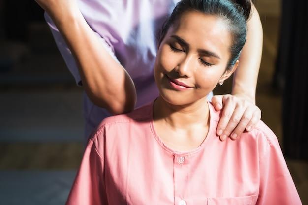 Massage thai à belle femme asiatique