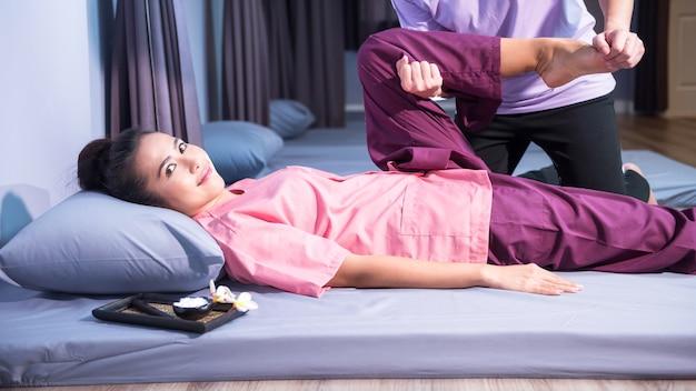 Massage thaïlandais à une femme asiatique heureuse