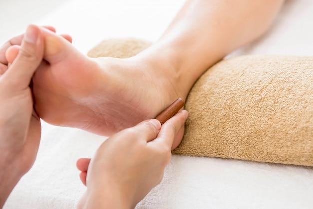 Massage thaïlandais des pieds avec aromathérapie et réflexologie