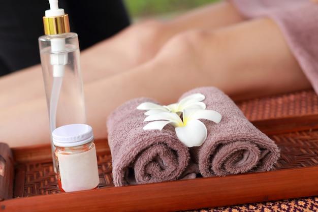 Massage thaïlandais pour les pieds avec médecines douces et huile aromatique aux herbes