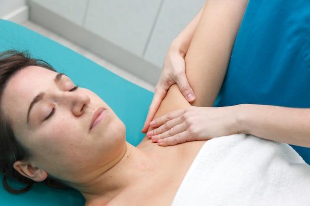Massage thérapeutique professionnel sur l'aisselle