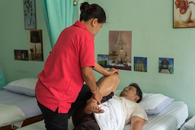 Massage traditionnel thaïlandais pour traiter les douleurs de courbatures