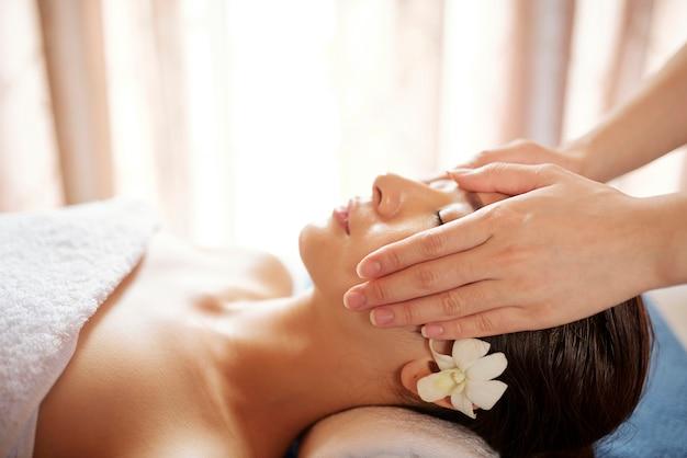 Massage visage rajeunissant