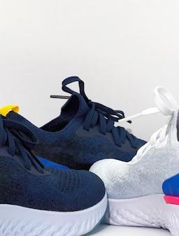 Masse de chaussures de sport sur fond blanc isolé