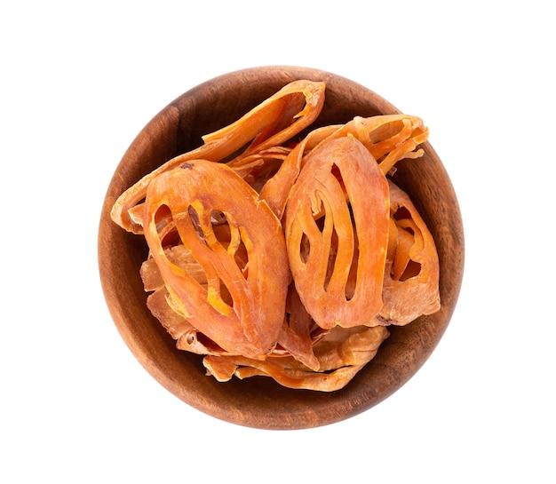 Masse dans un bol en bois, isolé sur fond blanc. fleur de noix de muscade, myristica fragrans. épice naturelle, assaisonnement asiatique. vue de dessus.