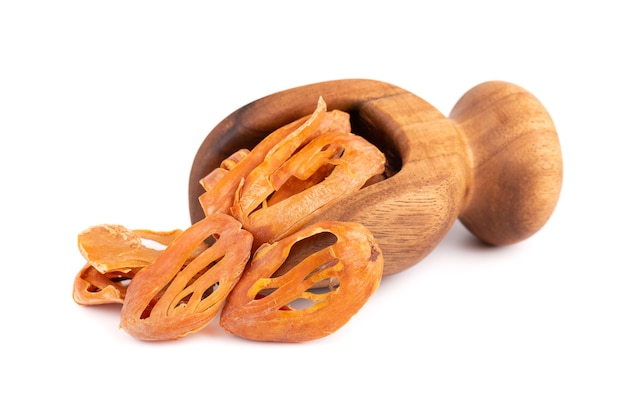 Masse dans une cuillère en bois, isolé sur fond blanc