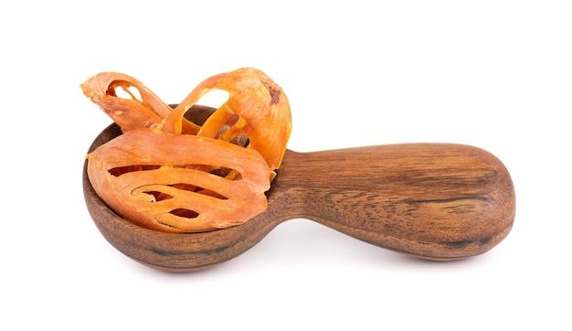 Masse dans une cuillère en bois, isolée sur fond blanc.