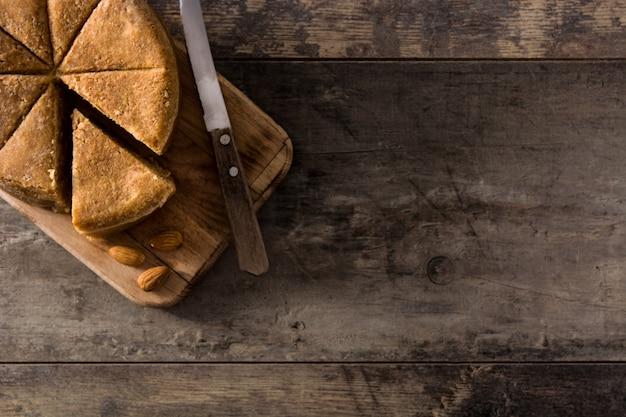 Massepain de noël traditionnel sur une table en bois