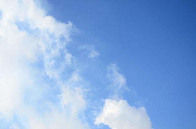 Les masses de fumée blanche libérées dans l'air par les tuyaux d'une usine
