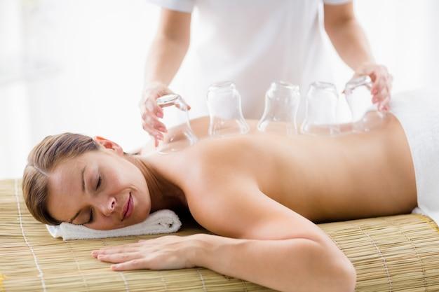 Masseur donnant un massage par aspiration à une femme